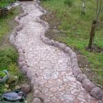 садовая дорожка из брусчатки и бордюра
